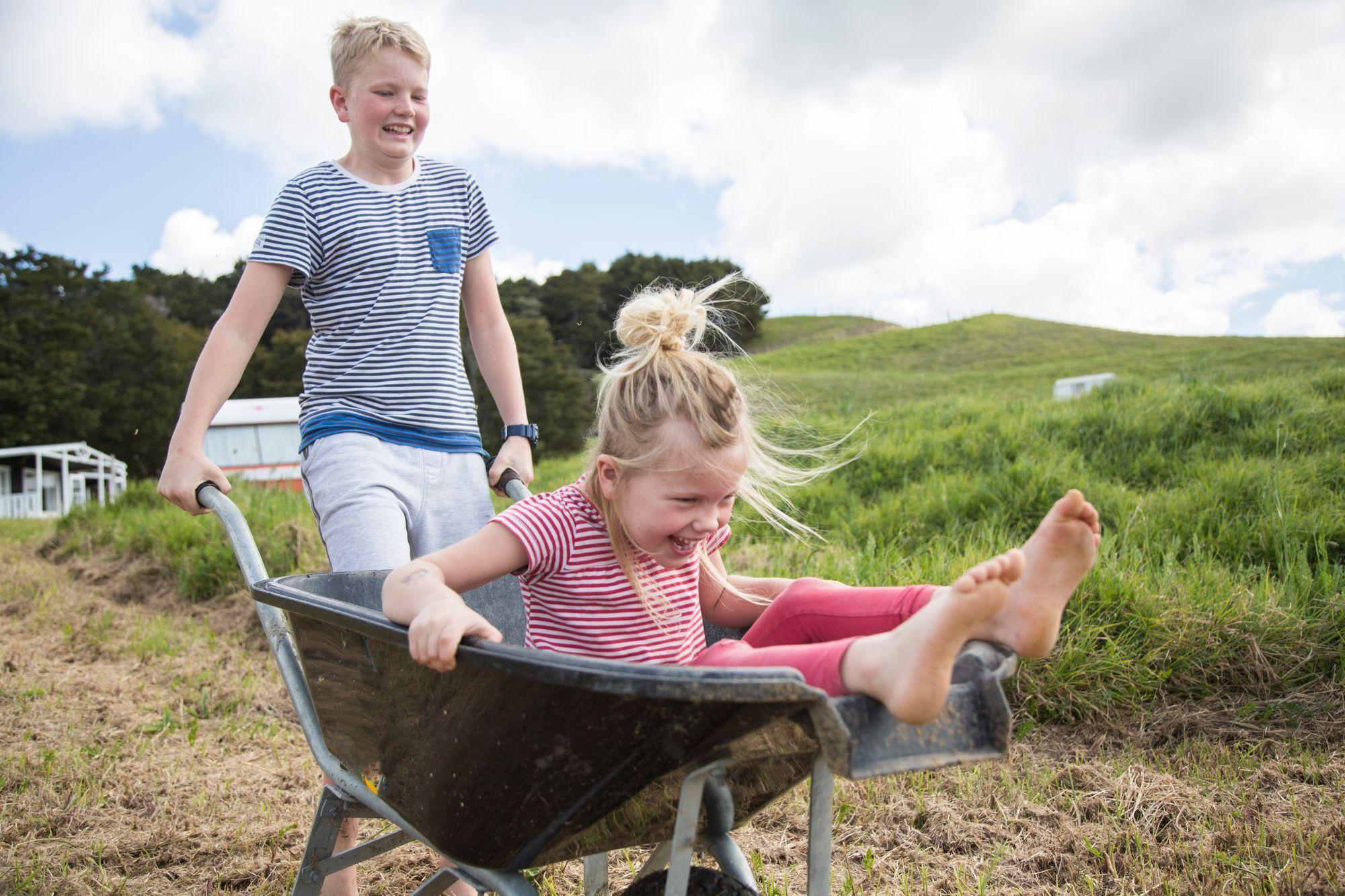 Kinder-Bruder-Schwester-spielen-Ferien-Haustausch-Familie-Sommerferien