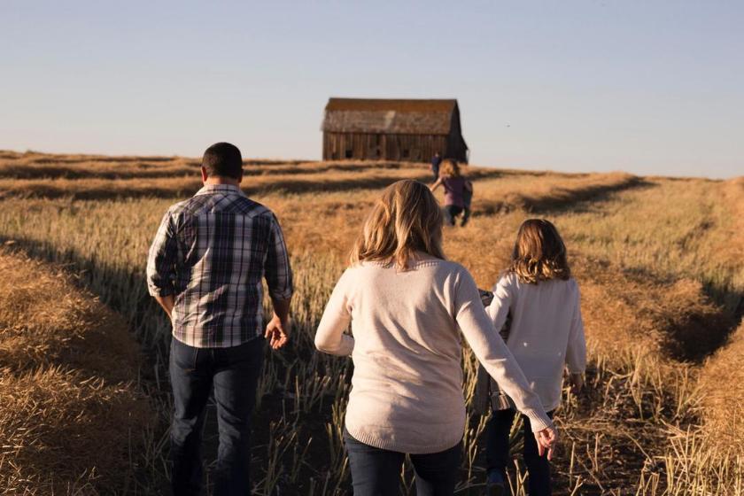Haustausch-Familie-Urlaub-Kinder-Spaziergang-Bauernhof